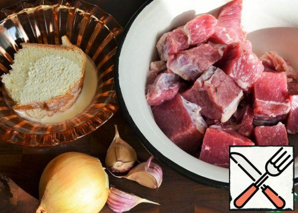 Pour the cream over the loaf slice for 5-10 minutes. Wash and dry the meat and herbs, peel the onion and garlic.