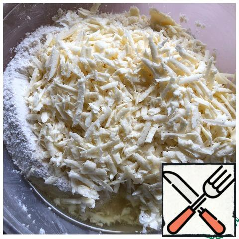 To the flour add the olive oil and grated on a coarse grater, chicken.