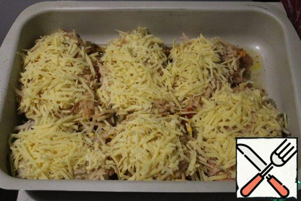 Grate the cheese and put it on top of the potatoes, add the spices and send it to the oven for 40 minutes at 200 degrees.