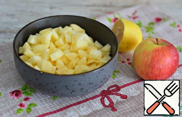 Peel apples, cut into small cubes, pour lemon juice, mix. The weight of already peeled fruit is shown.