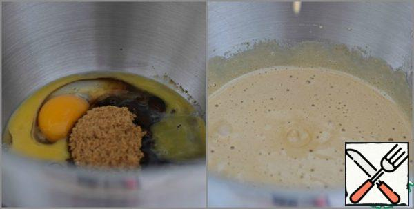 You can already turn on the oven to warm up. T 180°. Beat eggs with sugar until the latter is completely dissolved. In the absence of brown sugar, you can use white.