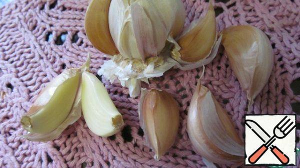 Peel the garlic, cut the large cloves in half lengthwise, and leave the medium and small ones whole.