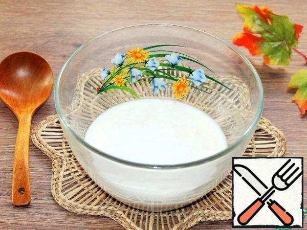 Prepare the dough for the baguette. Mix yeast (1 tsp), sugar (1 tsp) with warm water (150 ml) and milk (150 ml).