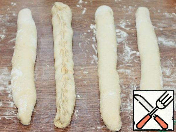 Pinch the edges of the tortillas, turn them over and roll them in flour.
