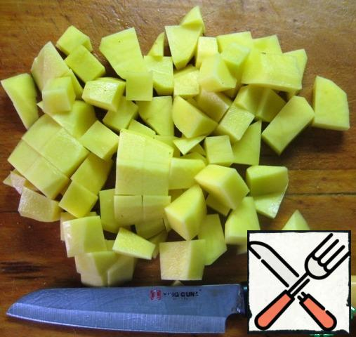 Cut the potatoes into pieces and send them to cook in a saucepan with broth.