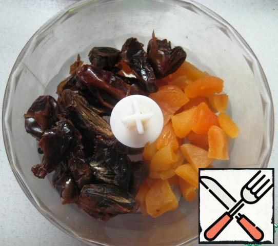 Dried apricots, dates (pre-remove the seeds) cut into small pieces, put in a blender bowl.