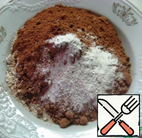 In a separate bowl, combine the oatmeal, cocoa, baking powder and a pinch of salt. Stir.