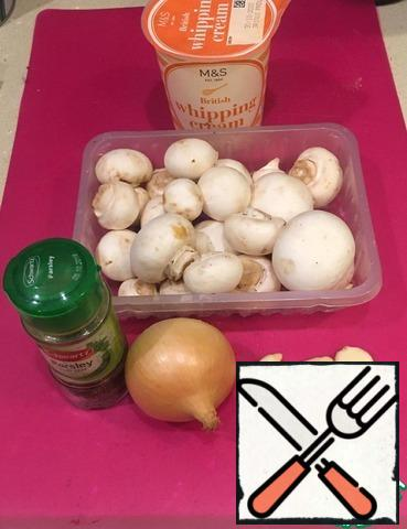 Wash the mushrooms and cut them not thickly. Finely chop the onion and garlic. Parsley leaves (2-3 sprigs) are also finely chopped. In a pot on the window, fresh parsley was enough only to decorate the dish, but with dried it turns out delicious - a teaspoon of dried parsley adds the necessary flavor.