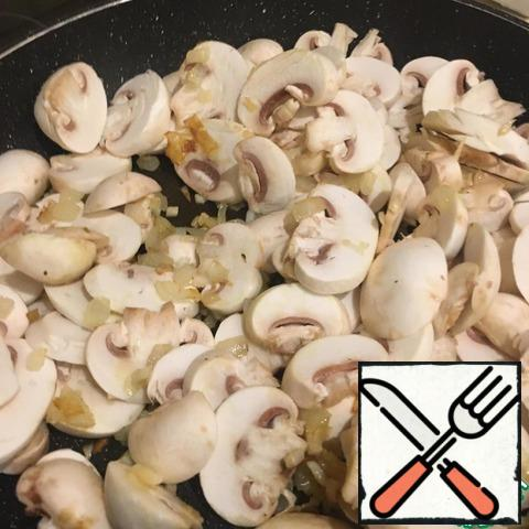 As soon as the onion and garlic start to fry, add the mushrooms and mix thoroughly. Increase the fire a little. We're always in the way.