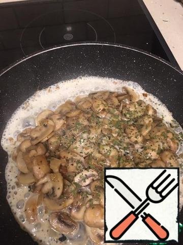 Pre-mix the cream and parsley. Add salt and pepper to taste. As soon as the moisture comes out of the mushrooms and they start to fry, pour in the cream with spices.