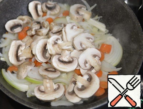 Put the chopped mushrooms, I have mushrooms. Fry on medium heat for 5 minutes.