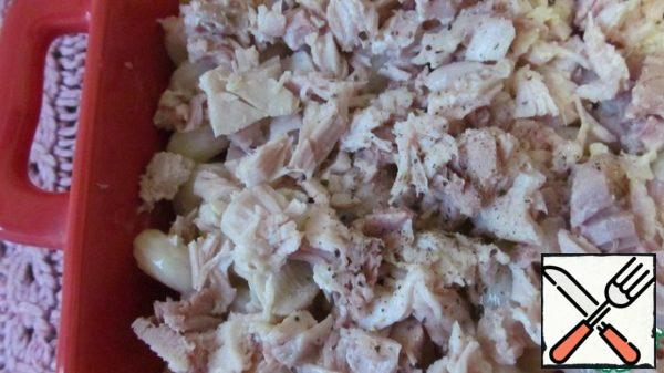 Put a layer of boiled chicken thighs on top, then finely chop them. Pepper.