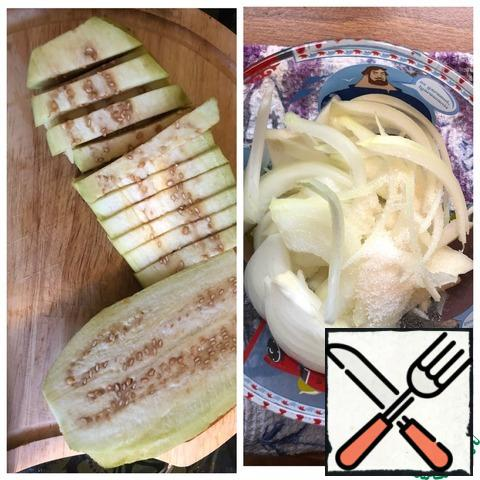 Cut the onion into half rings and marinate for 15 minutes. For the marinade: pour vinegar into the pickling container and add sugar. Pour boiling water, stir and put the onion. Meanwhile, remove the skin from the eggplant and cut the eggplant into not very long strips.