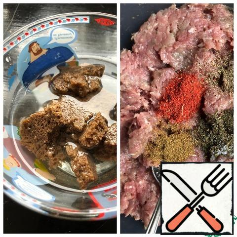 Remove the crust from the bread, fill the pulp with hot water and leave until it swells. Meat scroll on a meat grinder with onions and garlic. Add all the spices.