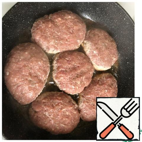 Form cutlets and fry on both sides in vegetable oil.