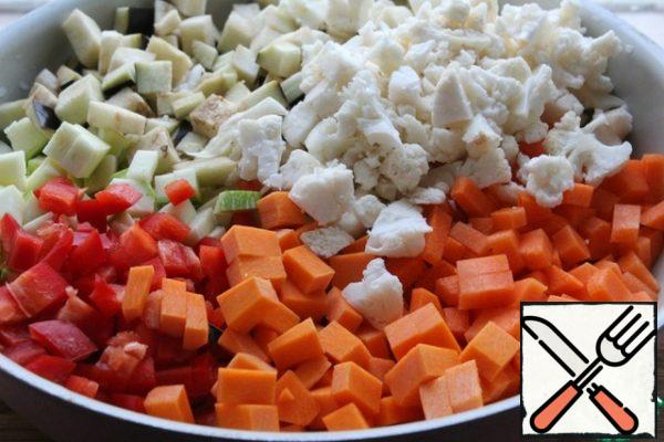 Cut all vegetables into small cubes. Peel the garlic.