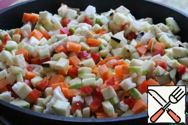 Add the vegetables. Salt and pepper. Cover with a lid and fry over medium heat for 10 minutes, stirring a couple of times.