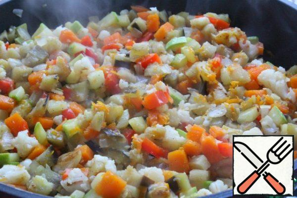 Open the lid and fry the vegetables, stirring, for 3 minutes. Leave to cool. Remove the garlic.