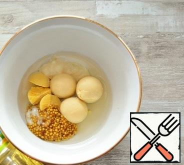 Place the yolks of 4 boiled eggs, Vegetable oil, mustard, horseradish and lemon juice in a bowl.I took mustard seeds, you can use any to your taste. The main thing is that it is not very sharp, otherwise the pate will be with a clear taste of mustard