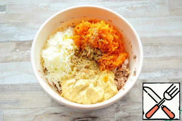 Add the egg whites grated on a fine grater and boiled carrots. Here, add the butter-yolk mass from step 1. Season with pepper.