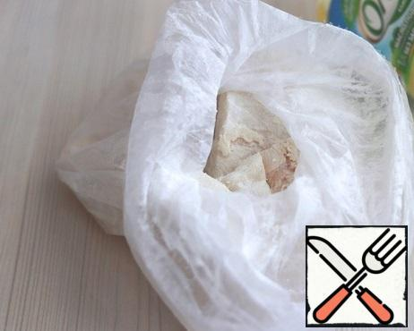 Add salt and ground black pepper to taste, add 2 tablespoons of flour. Add the slices of cod. Attach the bag to the top and shake slightly. Flour with this type of breading will form an even thin layer.