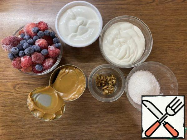 Prepare the ingredients for the cream and decoration of the roll. Pre-cook condensed milk (2.5 hours). It is advisable to take fresh berries, but this is difficult to do in the fall, so we will use fresh frozen ones.