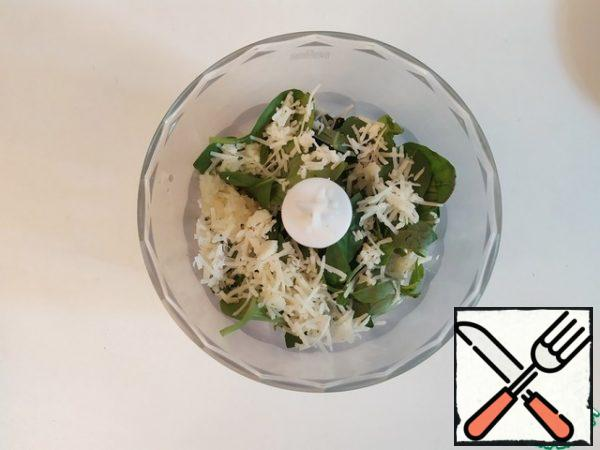 Grind nuts, Basil, garlic, and grated Parmesan in a blender. Season with salt and pepper. And start adding tablespoons of olive oil, focusing on the final consistency. In total, it will take about 60 ml.