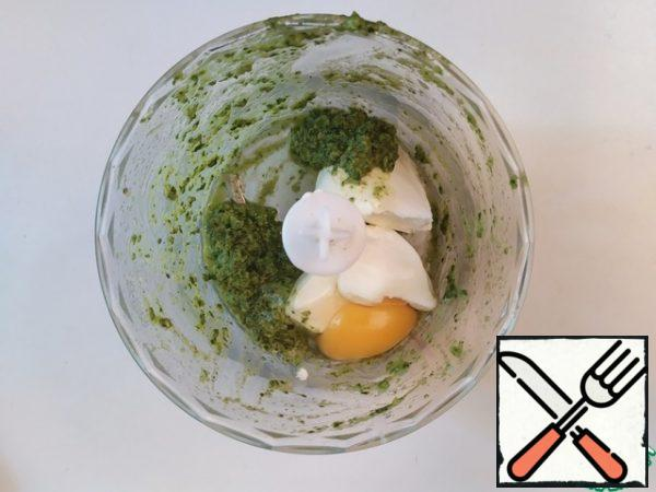 Put the cream cheese, 3 teaspoons (with a slide) of pesto, salt and egg in a food processor. Stir well.