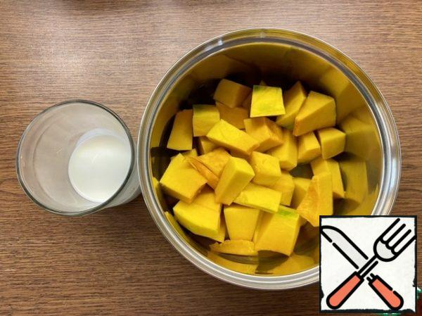 Prepare the ingredients for the pumpkin-cream sauce (while the pie cools). Cut the pumpkin into pieces and put it in a saucepan. If there is no fresh, take frozen, pre-thawed. Pumpkin should be sweet (!), in this case, sugar is not needed. If the pumpkin is not sweet, add sugar to taste or sweetener.