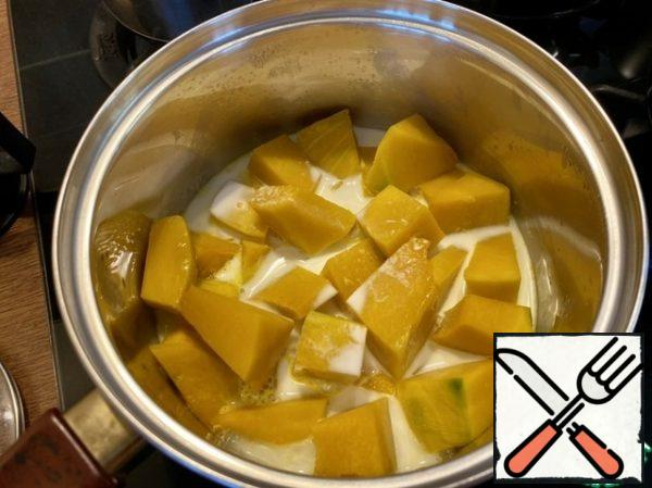 Pour in the cream and stir, continue to simmer the pumpkin until soft. A total of 20-30 minutes. To cool down a bit.