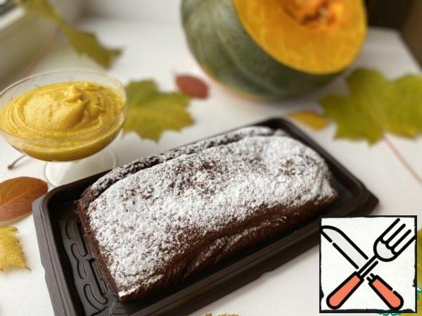 Put the pumpkin-cream sauce in a saucepan. Sprinkle the cake with powdered sugar (optional).