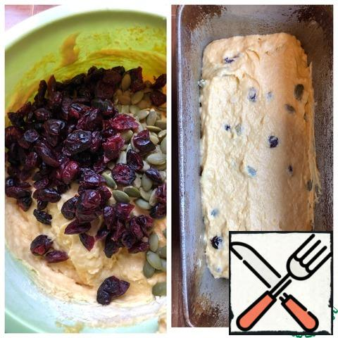Add the cranberries and seeds and mix thoroughly. Grease the baking dish with olein oil and lay out the dough. Send the cake to the preheated oven to 170 g. bake the cake for 40 minutes. Focus on a dry wooden skewer.