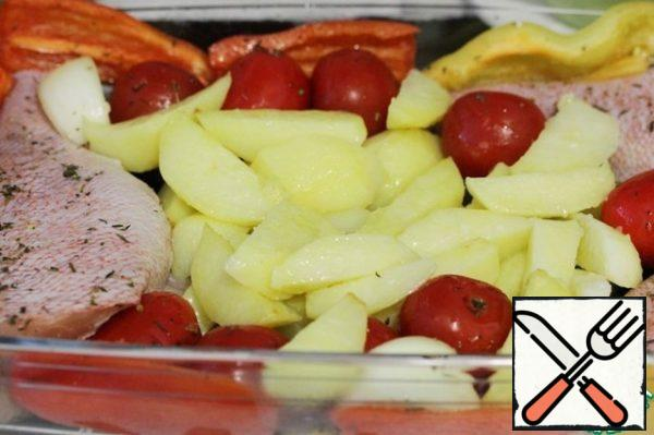 Remove the potatoes from the oven, transfer them to the fish and put everything back in the oven for 20-30 minutes.