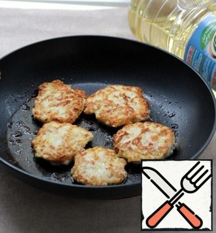 In a frying pan, heat the vegetable oil, spread the prepared minced meat with a spoon, press lightly with a spoon, fry over medium heat for just a couple of minutes on each side until Golden.