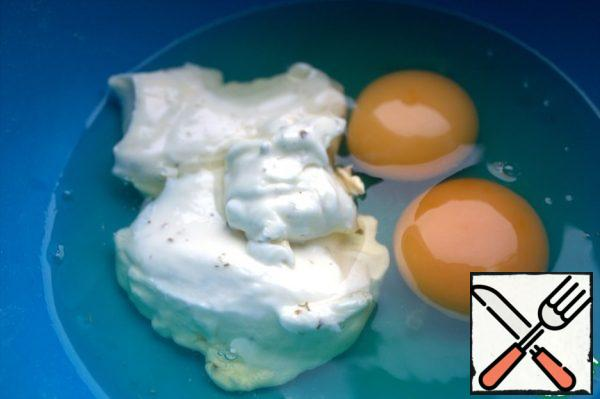 In cream cheese (I have with greens) drive 2 eggs and protein from the dough.