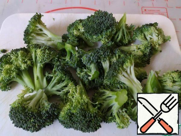 Sort the broccoli into inflorescences. Boil in boiling water for 2 minutes.