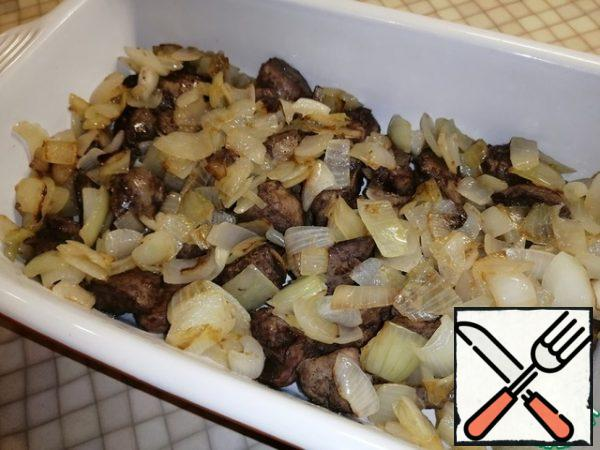 Put the onion on top of the liver in a baking dish.
