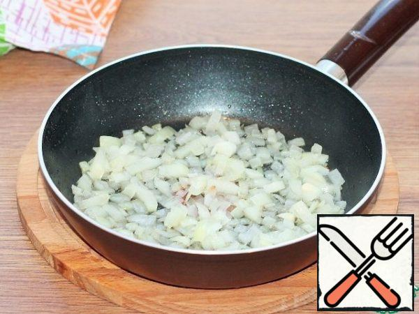 In garlic oil, fry the onion until transparent.