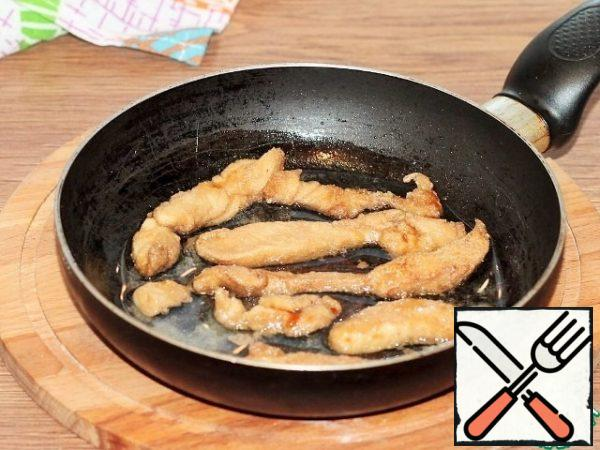 Then fry in preheated sunflower oil until tender and Golden brown. It is better to add oil for frying in parts with a new portion of chicken.