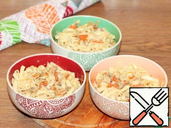 The dish as a whole is ready and can be served. Delicious, piquant and juicy chicken, and to it a side dish-noodles in sauce. This dish can be served in a portioned ceramic dish. Arrange the noodles in the sauce in pots at the beginning, and put the browned chicken pieces on top.