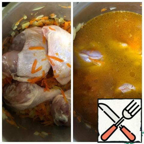 Cut the legs into the lower leg and thigh. Add to the vegetables and fry for another 10 minutes, stirring occasionally. Then pour in cold boiled water and add the Bay leaf.