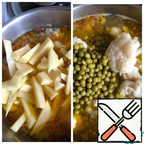 As soon as the soup boils, add salt and sliced potatoes. Stir. Turn down the heat. 10 minutes before the soup is ready, add the cauliflower inflorescences and peas (pre-draining the liquid).