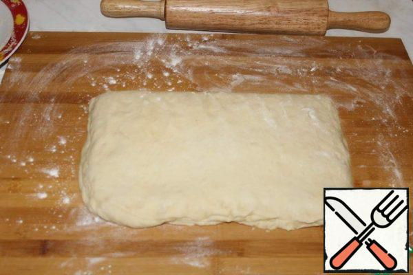 Again, roll out into a rectangle, sprinkle with streusel, roll up. So we repeat it again. It turns out 3 layers. The last time we roll out in a layer of 24×32 cm 1.5 cm thick. Cut into 12 squares.
