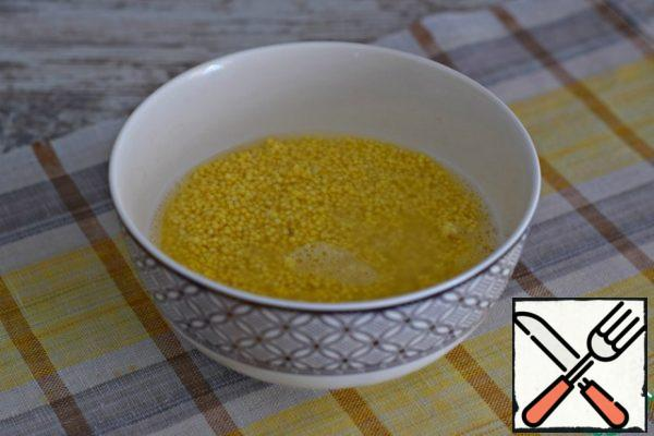 Wash the millet well under running water and pour boiling water over it for 10 minutes.