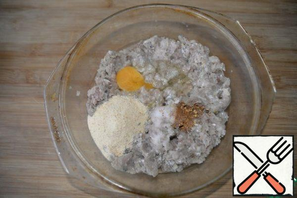 Put in the minced egg, breadcrumbs, salt, pepper mixture. The number of crackers depends on the consistency of your minced meat. Usually minced fish is a bit runny. Expect to be able to further sculpt meatballs from it. Mix the minced meat well.