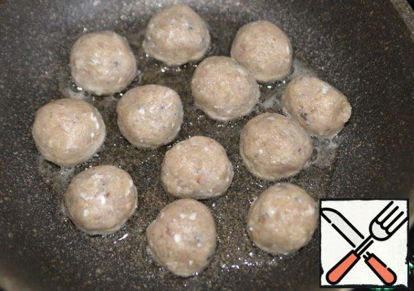 Pour 2 tablespoons of vegetable oil into a hot frying pan. Put the meatballs loosely in the oil on a hot pan.
