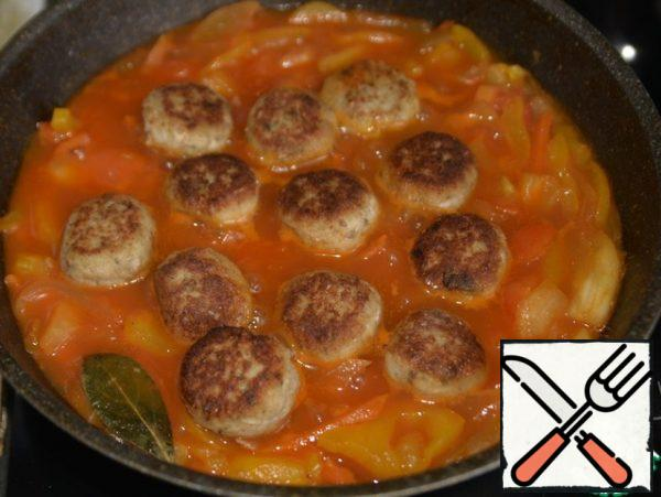 Put the fish meatballs on top, with the lid closed, bring the dish to readiness for 10 minutes over medium heat.