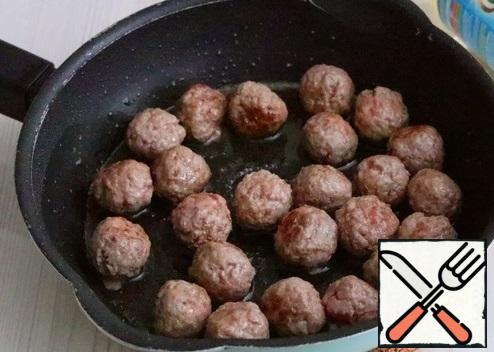 Add 2 tablespoons of vegetable oil to the pan. Fry the meatballs over high heat for 3-5 minutes.