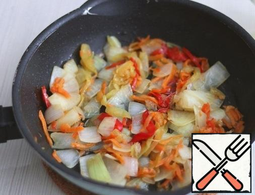 Add 2 tablespoons of vegetable oil and 1 tablespoon of melted butter to the pan where the meatballs were fried. Return the pan to a low heat, add the bell pepper, onion and carrot cut into pieces/cubes/straws. Simmer vegetables until soft. Next, punch the vegetables with a blender until pureed.