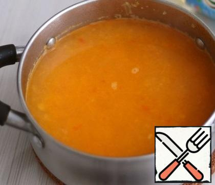 Add the broth (1 l.) to the pan, put the vegetable puree in the broth and cook for an additional 3-5 minutes.